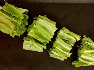 豆皮油麦菜卷,油麦菜切成5㎝长的段
