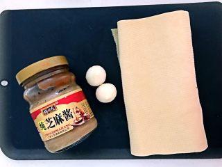 豆皮油麦菜卷,准备食材:纯芝麻酱,独头大蒜,豆皮