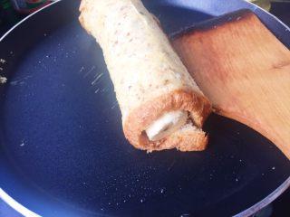 #快手早餐# 香蕉吐司卷,小火煎2分钟,直到表皮微焦,喜欢焦一点可以煎久一点