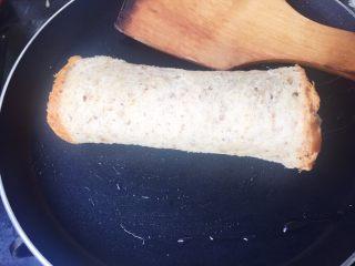#快手早餐# 香蕉吐司卷,平底不粘锅 倒入少许油,  一点点就好