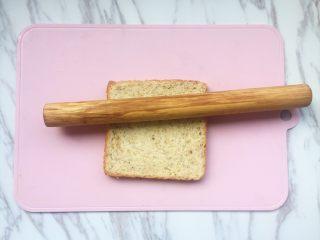 #快手早餐# 香蕉吐司卷,用擀面杖把吐司压平