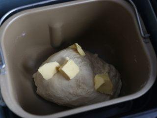 汉堡,面包机选择揉面功能20分钟。 20分钟后加入软化的黄油,继续揉面。