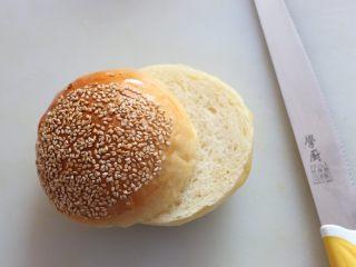 汉堡,烤好的面包取出晾凉。 将面包横着一切两半。