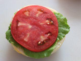 汉堡,夹入喜欢的蔬菜。 我是面包抹沙拉酱后,夹入一层生菜、一层西红柿、一层炸鸡肉饼、一层芝士、一层生菜。