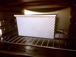酸奶吐司(一次发酵法),预热结束,吐司盖上盖子放进烤箱底层,上下火180度40min