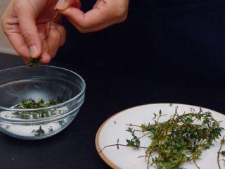 低温慢煮 sous-vide 油封鸭腿配,首先腌制鸭腿。把百里香的叶子撸下来,和粗盐混合,香料没有任何限制,可以用新鲜的就最好啦。把香料和盐混合在一起。还可以放大蒜头、迷迭香等等。