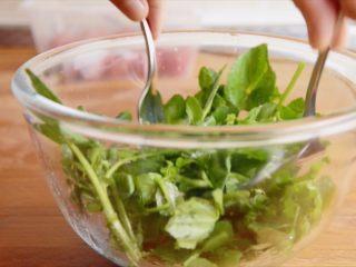 低温慢煮 sous-vide 油封鸭腿配,用西洋菜做一份色拉。加入盐、黑胡椒、橄榄油、苹果醋。