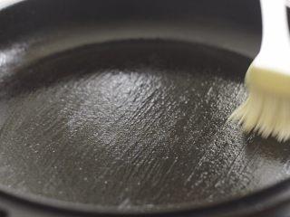 提拉米苏千层蛋糕(简易版奶油霜),锅子开小火加热,抹一层油。