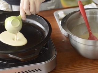 提拉米苏千层蛋糕(简易版奶油霜),一次舀30ml面糊,可以做6寸大小的饼。