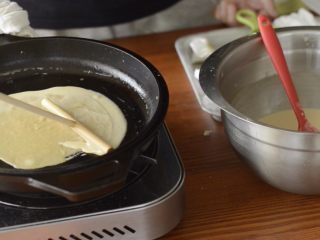 提拉米苏千层蛋糕(简易版奶油霜),用煎饼果子工具推开。如果是不粘锅,稍微晃动锅子就可以展开面糊了。
