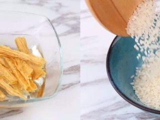 早上喜欢热乎乎的粥么……,腐竹开水浸泡半小时以上,比较厚实的部分可以焖上多泡一些时间,泡软为止