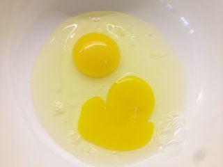 原味华夫饼,鸡蛋打入盆中
