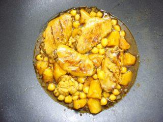 鹰嘴豆焖鸡翅,中火大概焖20分钟左右,收汁。