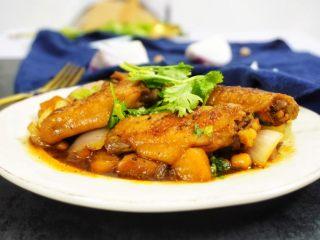 鹰嘴豆焖鸡翅,好了,开吃吧!!酸酸甜甜的,超开胃的,反正这一盘我是一个人干掉的,连骨头都舔得干干净净的,哈哈哈……