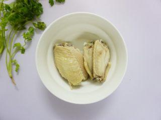 鹰嘴豆焖鸡翅,鸡翅凉水下锅灼一下水,沥干水分。