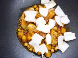 鹰嘴豆焖鸡翅,差不多好了的时候把洋葱块倒入,继续翻炒至熟,如果太干就适量加点开水,记住一定要是开水哦~出锅前尝一下味道,不够咸的话,就适量加点盐调味。