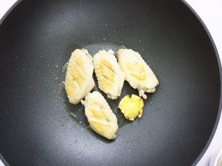 鹰嘴豆焖鸡翅,热锅下油,生姜放入,先把鸡翅一面煎至金黄。