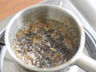 居酒屋烤鸡肉串(附酱汁配方),提前一天做烤肉酱。酱汁里除了菠萝,其他材料煮沸。