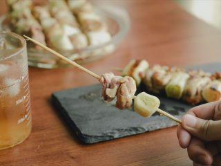 居酒屋烤鸡肉串(附酱汁配方),好吃,惬意。大葱鲜甜脆,鸡肉软嫩香,如果能碳烤就更棒啦!! <(▰˘◡˘▰)>