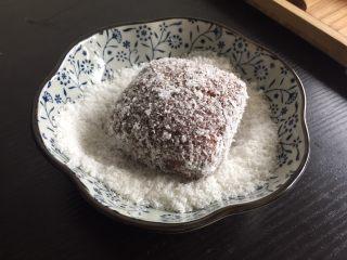 巧克力林明顿蛋糕,接着裹一层椰蓉