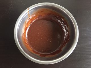 巧克力林明顿蛋糕,烤蛋糕的时间用来准备巧克力糊,80克巧克力加入28克牛奶,隔水融化