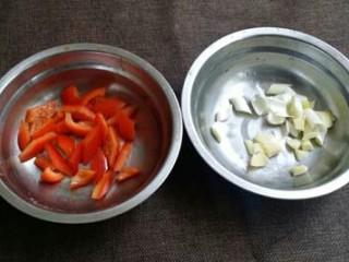 毛豆炒肉丁,红椒切粒