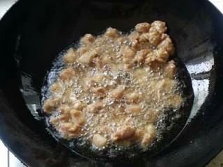 毛豆炒肉丁,肉丁用温油滑油