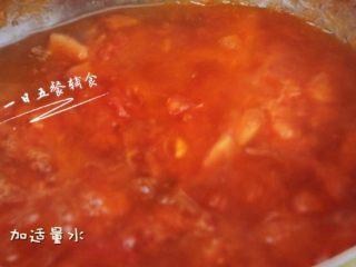 番茄金针菇汤,加适量水,这时候如果觉得汤汁浓度不够的话可以再加番茄酱调浓度,番茄酱不是必须的。