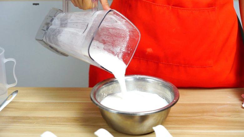 必吃的广东小吃——广州肠粉,把打好的米浆倒入粉浆