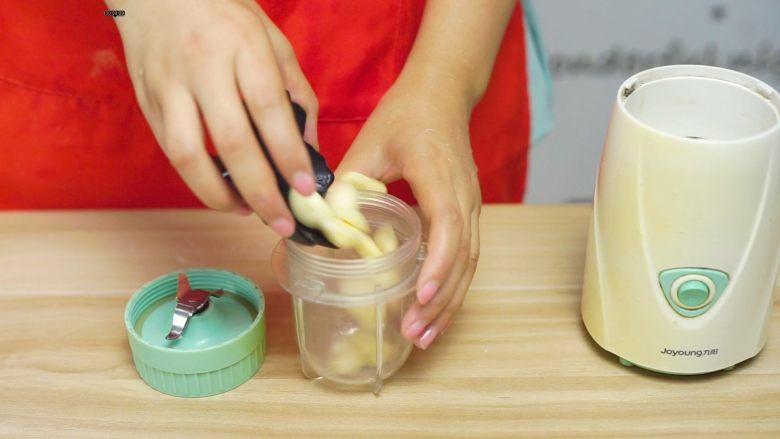 必吃的广东小吃——广州肠粉,大蒜倒入搅拌机