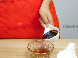 必吃的广东小吃——广州肠粉,倒入酱油