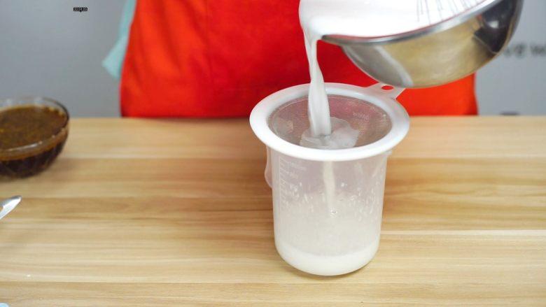 必吃的广东小吃——广州肠粉,将搅拌均匀的粉浆过滤