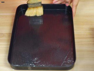 必吃的广东小吃——广州肠粉,蒸盘里面刷一层油(家里没有蒸盘,所以我用的烤盘~)