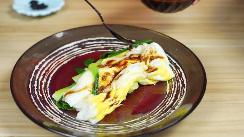 必吃的广东小吃——广州肠粉,淋上酱汁