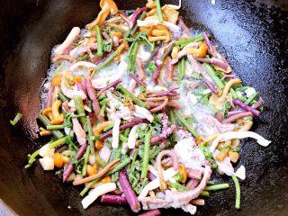 蘑爵,加入盐和糖调味均匀最后放入味精提鲜即可出锅享用