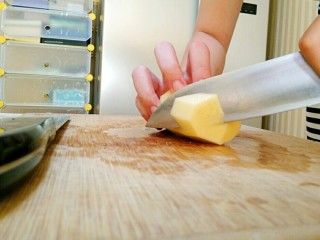土豆炖鸡肉,把土豆切成滚刀块,泡入水中。