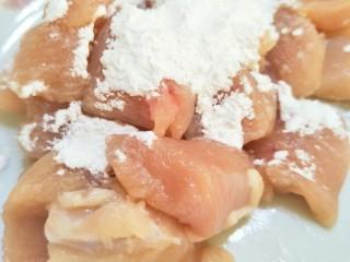 土豆炖鸡肉,切好的鸡胸肉,撒上生粉抓匀。