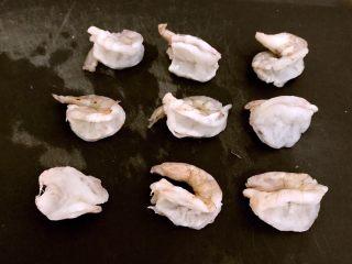 什锦虾仁焗意面,把虾仁开背,取出虾线