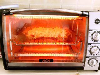 什锦虾仁焗意面,烤箱上下火200W预热3分钟,把焗面盘放进去,烤5分钟左右,烤至芝士碎融化,表面微黄即可