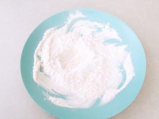 香酥玉米粒,剩余的面粉和玉米淀粉混合拌匀。