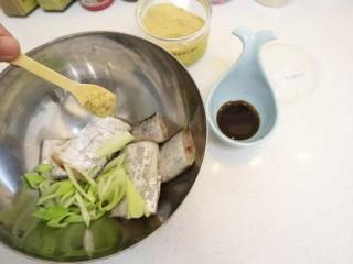 宝宝辅食之香煎刀鱼,把刀鱼用葱生抽姜粉腌制一下