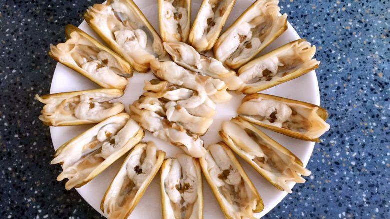 蒜蓉蒸圣子,处理好的圣子摆放在盘中。