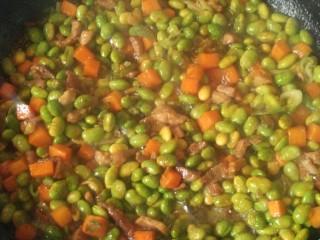 毛豆小炒,炒到胡萝卜和毛豆都粘上酱,就炒好了。