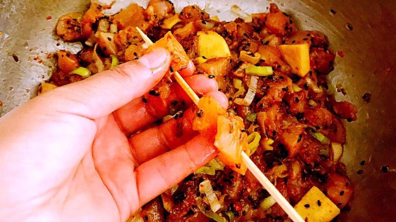 自制电烤羊肉串,开始穿串,取一根竹签,取上羊肉块穿起来,肥瘦搭配,每根竹签串8-9块肉就可以