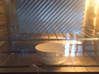 全麦吐司(汤种法),吐司盒进烤箱中层,底部放一碗热水,进行最终发酵