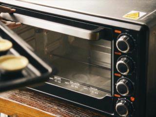 2分钟教你学会比KFC更好吃的蛋挞,烤箱预热(这里用的32L小烤箱,温度大概在180度)