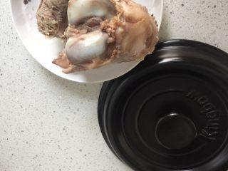 坤博砂锅之棒棒骨山药汤,用冷水洗去棒棒骨上的血沫