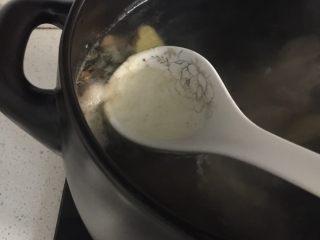 坤博砂锅之棒棒骨山药汤,中火烧开舀出浮沉,转小火炖一个小时