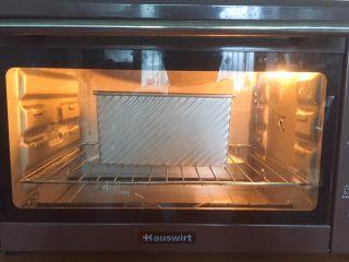 全麦吐司(汤种法),进烤箱底层,上下火180度40min