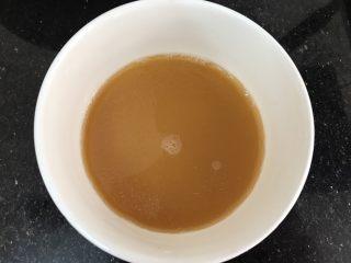 玉子凤尾虾球,把盘子里的水倒进小碗里,加几滴酱油,一点点糖,玉米淀粉搅拌均匀(如果汤汁太少可以加点清水)